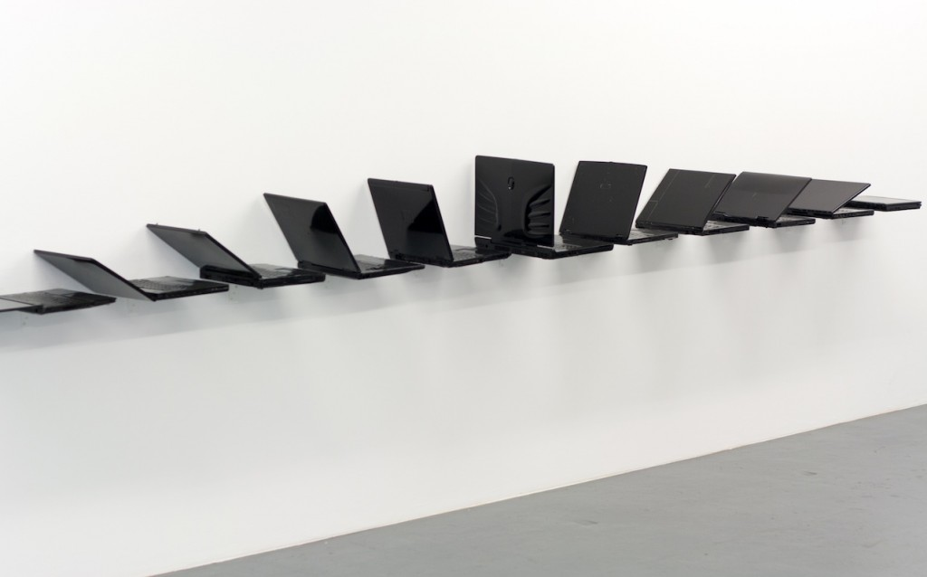 Albert Mayr, Meilenstein der Medienkunst, 11 computer laptops, laquered black, ca. 430 cm, 2015